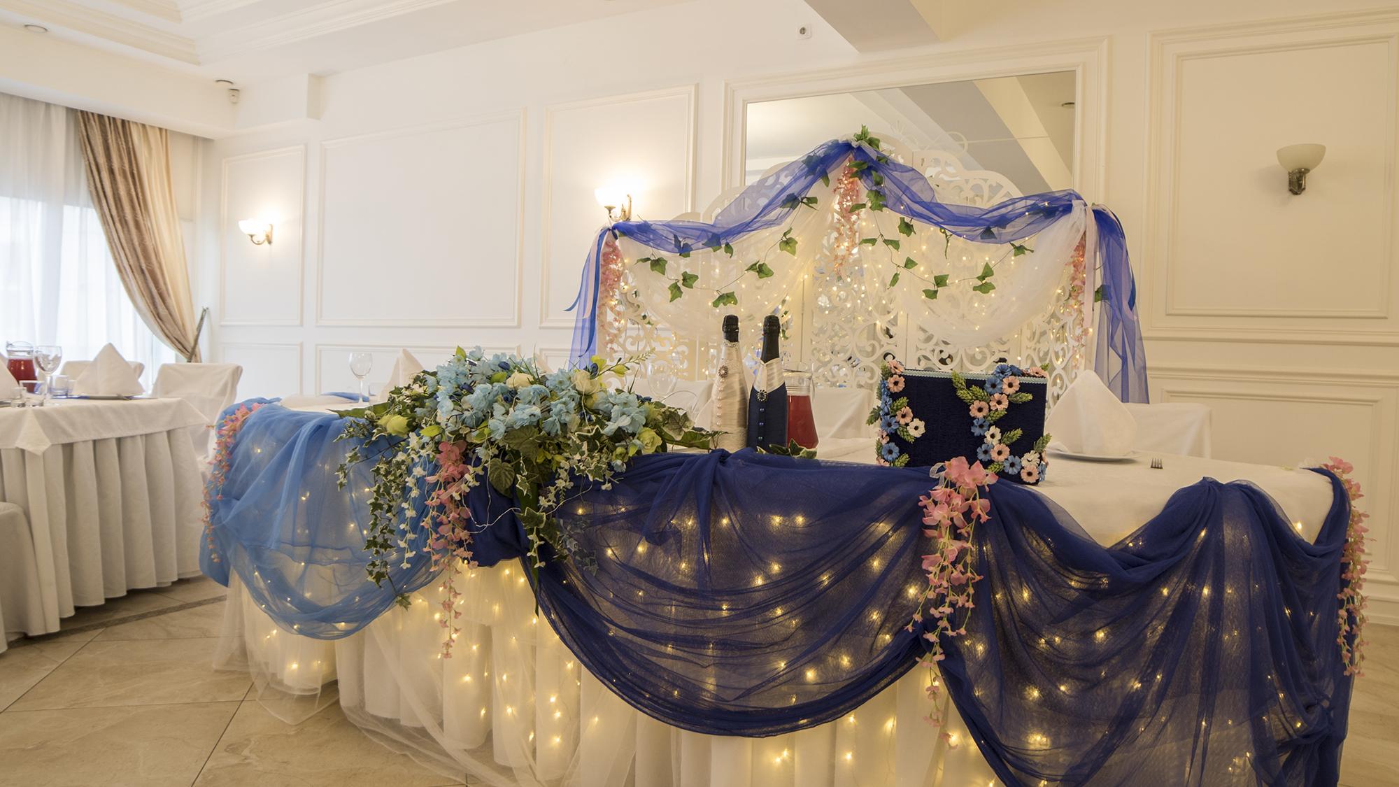 Синее оформление свадебного стола жениха и невесты