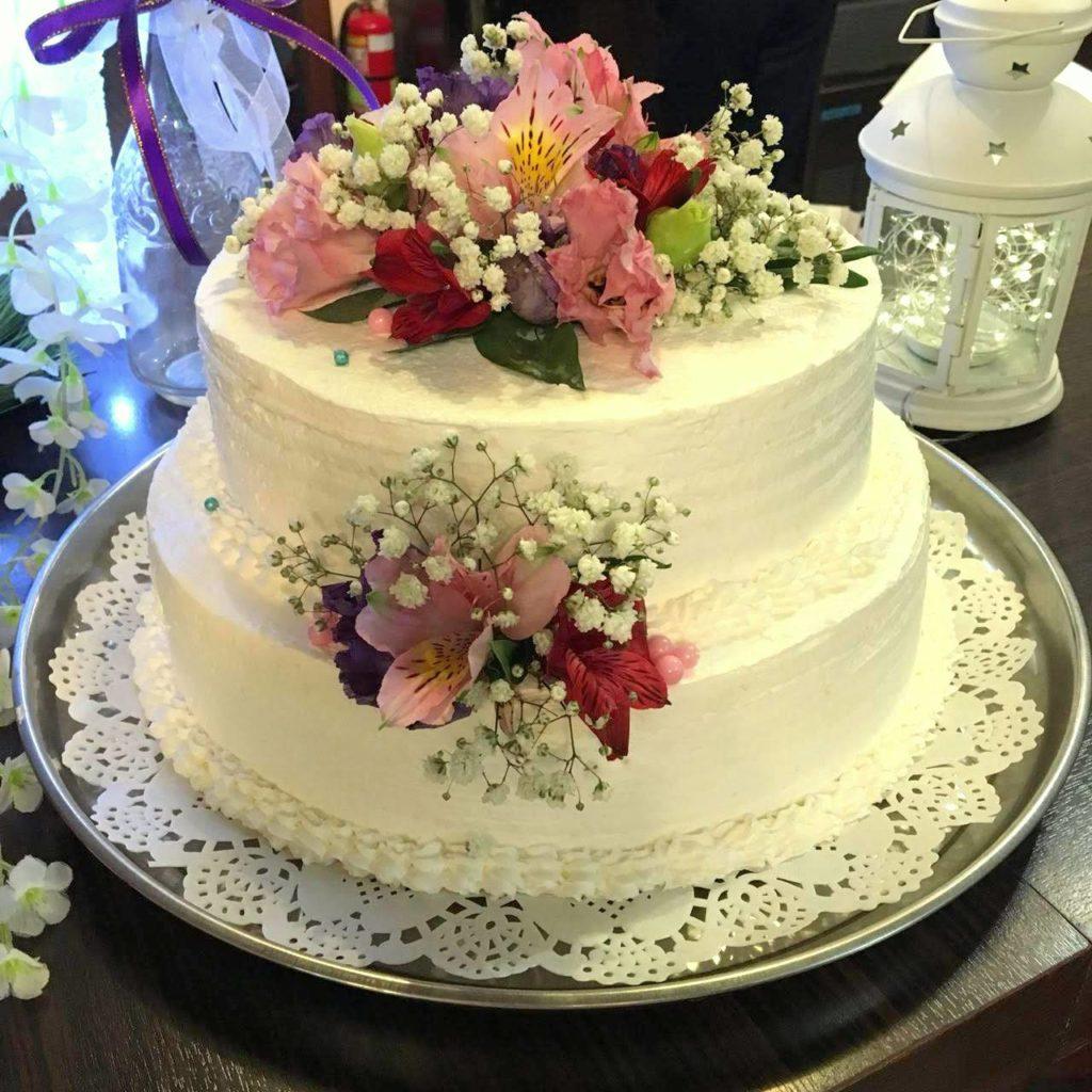 Двухъярусный свадебный торт, украшенный живыми цветами от Усадьба холл