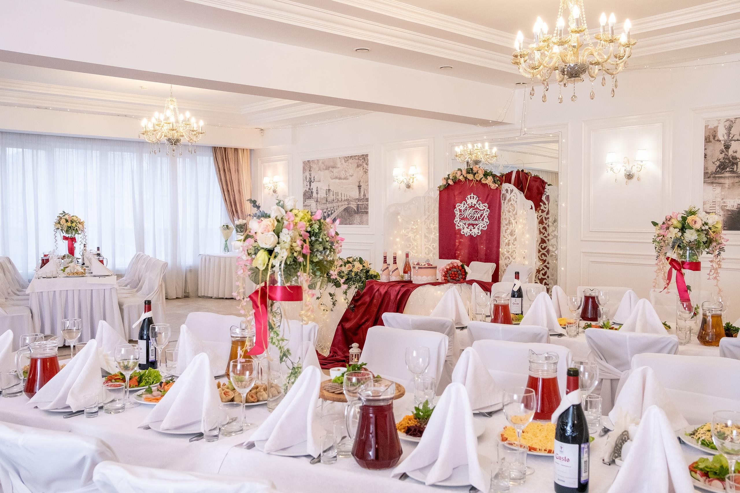 Бордо в декоре стола молодых